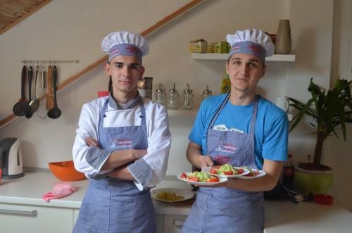 Labirint tim se može pohvaliti izuzetnim mladim kuharima koji spremaju ukusnu hranu. Ukoliko želite da Vaša hrana bude pripremana u prostorijama trening kuće a pri tome da bude topla, ukusna i na vrijeme, ovaj tim osigurava vrhunsku uslugu.