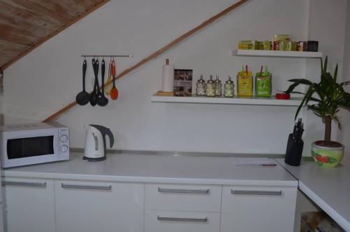 Kuhinja Labirinta - prostor gdje možete pronaći sve potrebne elemente i el. aparate kako bi Vaša kafe pauza ili Vaš obrok bio pripremljen, zatim i serviran bez problema.