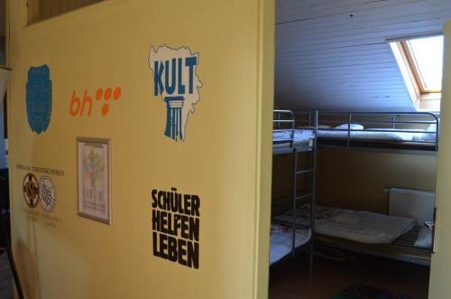 Vrata od sobe se mogu zaključati tako da možete Vaše stvari držati na sigurnom, npr. u ormariću pored Vašeg kreveta.