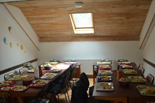 Praktična trpezarija Labirinta - raspored stolova i stolica se može prilagoditi željama organizatora.