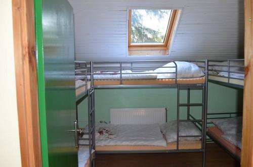 Sobe u Labirintu - Ukupno raspolažemo sa 8 zajedničkih soba a ukupno 42 ležaja (6 soba x 3 kreveta na sprat, 1 soba x 2 kreveta na sprat, 1 soba x 2 kreveta samca). Na krevetu Vas čeka čista i mirisna posteljina.