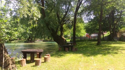 Stolovi i stolice su već spremni za naše grupe i kreativne zadatke uz samu rijeku...